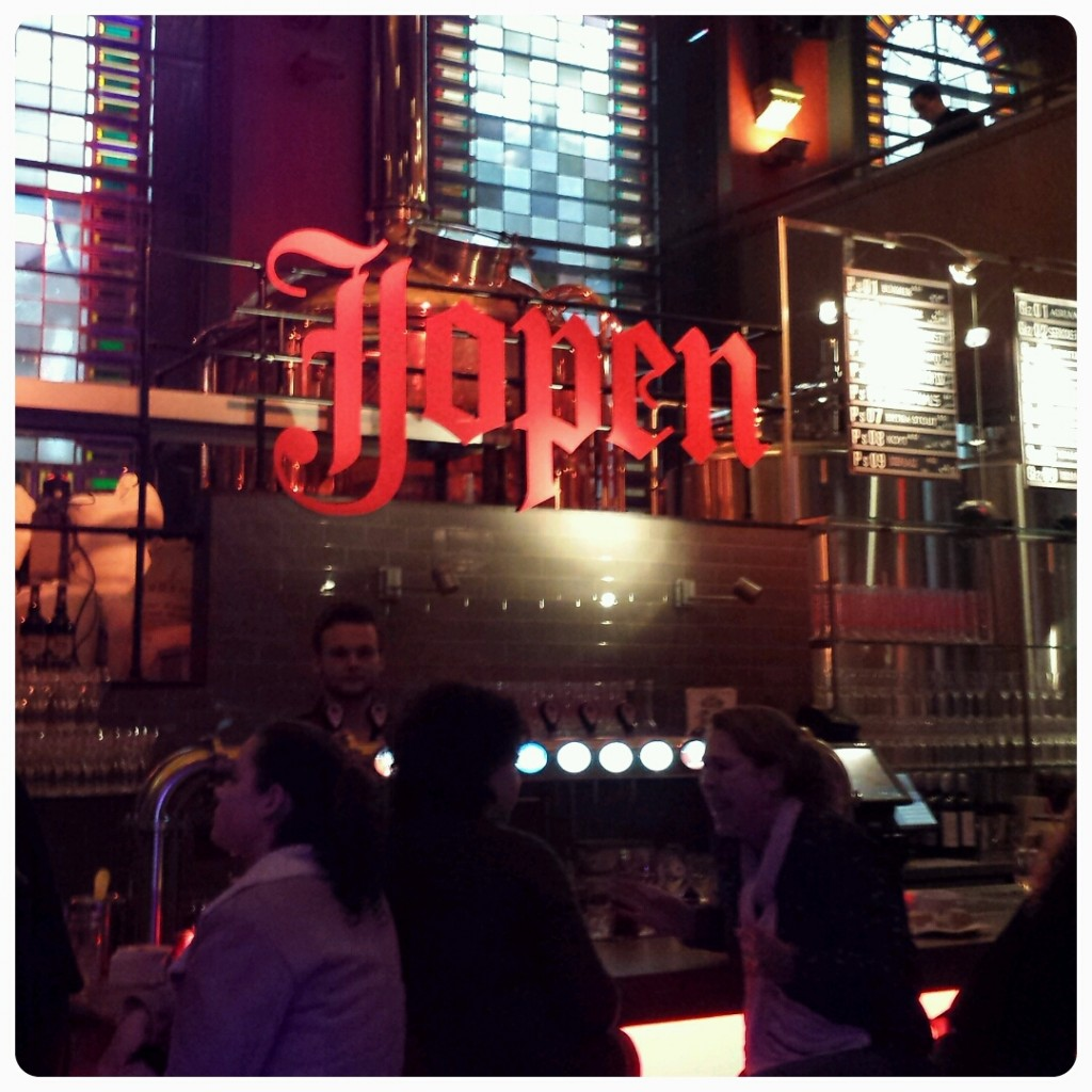 Biertjes drinken in de Jopenkerk